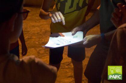 Caccia al tesoro notturna durante il campo estivo